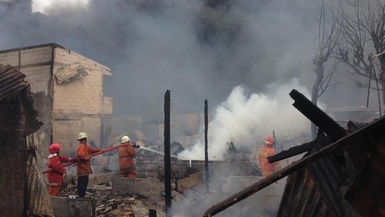 Kebakaran di Klender Padam, 1 Petugas Terluka