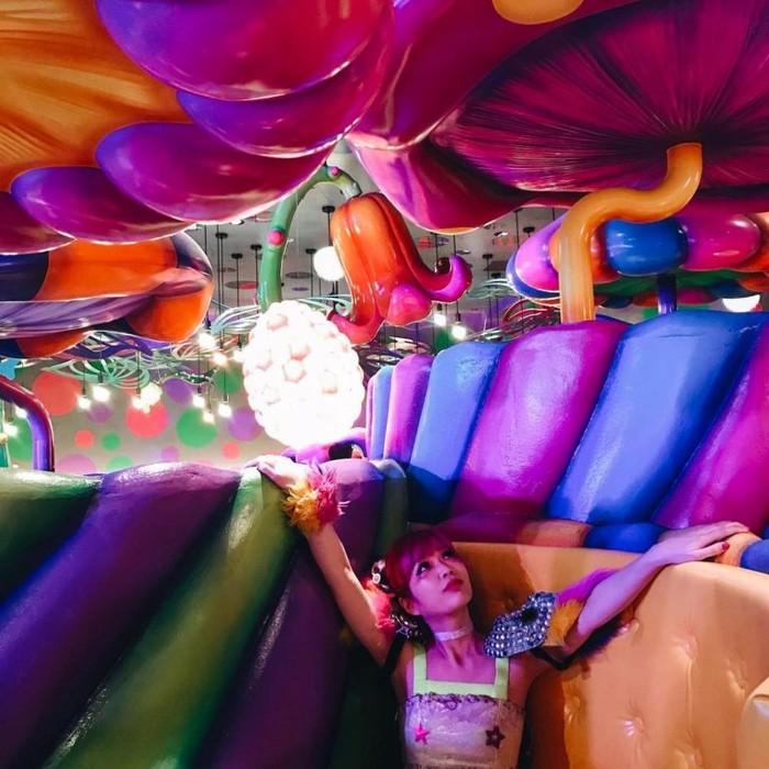 Kawaii Monster Cafe memiliki suasana penuh warna dengan para gadis yang berpakain eksentrik. Kue yang disajikan di sini bahkan terlalu cantik untuk dimakan. Foto: Istimewa