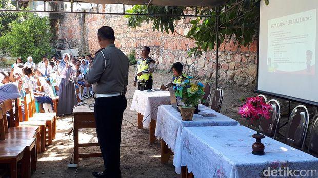 Suasana kelas wawasan nusantara di SMU Nuruf Falah, Timor Tengah Utara, NTT.