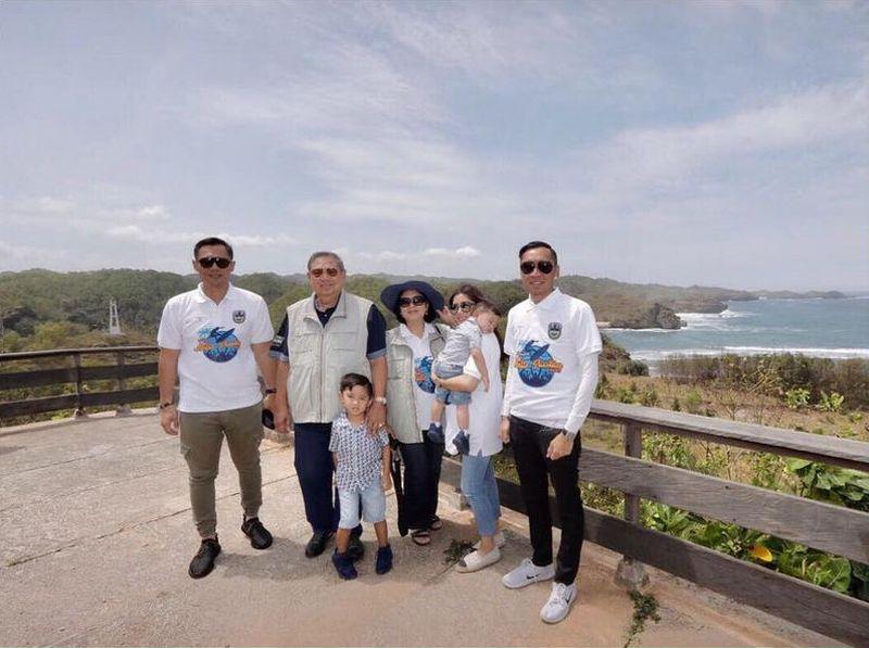 Pada bulan Agustus lalu, SBY dan keluarga pulang kampung ke Pacitan. Mereka mengunjungi aneka pantai cantik di Pacitan, salah satunya Pantai Watu Karung (Dok. aniyudhoyono/Instagram)