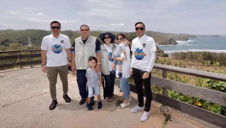 SBY dan keluarga sedang berlibur di Pacitan (aniyudhoyono/Instagram)