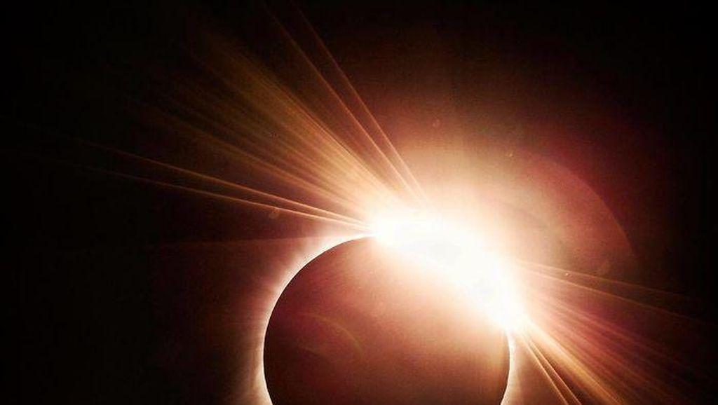 Nonton Gerhana Matahari dengan Kacamata Abal-abal, Ini Akibatnya