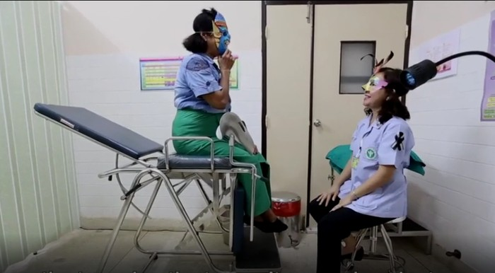 Tapi dengan menggunakan topeng, banyak wanita tertarik untuk mengikuti proyek percobaan gratis tersebut. Anak saya malu untuk mencoba tes pap smear, tapi saya akan bilang ke dia kalau dengan memakai topeng kita akan nyaman menghadapi dokter, ujar pasien lainnya, Chawee Pangsri. (Foto: BBC)