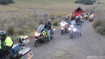 Poppy Sovia Tunggangi Moto Guzzi di Pasir Berbisik Bromo
