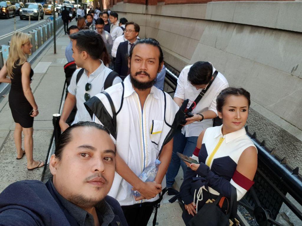 detikINET berpose bersama Widi Mulia dan sang suami Dwi Sasono yang turut menghadiri acara peluncuran Galaxy Note 8.Foto:AchmadRouzniNoorII/detikINET
