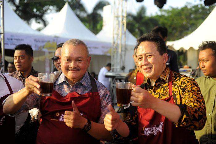 Foto: Gubernur Sumsel Alex Noerdin dan Bekraf Triawan Munaf minum kopi giling Palembang