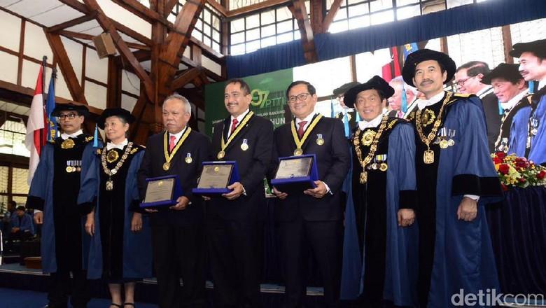 Tiga Menteri Jokowi Terima Penghargaan dari ITB