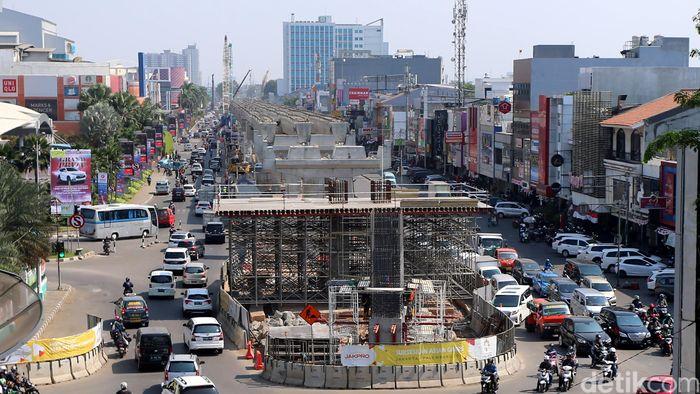 Pilar beton dan box girder tersebut membelah Kelapa Gading dari utara ke selatan termasuk di depan Mall Kelapa Gading (MKG).