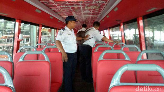 Penampakan bagian dalam bus tingkat.