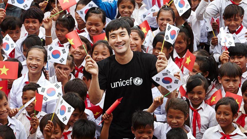 Foto Menyentuh Si Tampan Siwon Super Junior Main dengan Anak -anak Vietnam