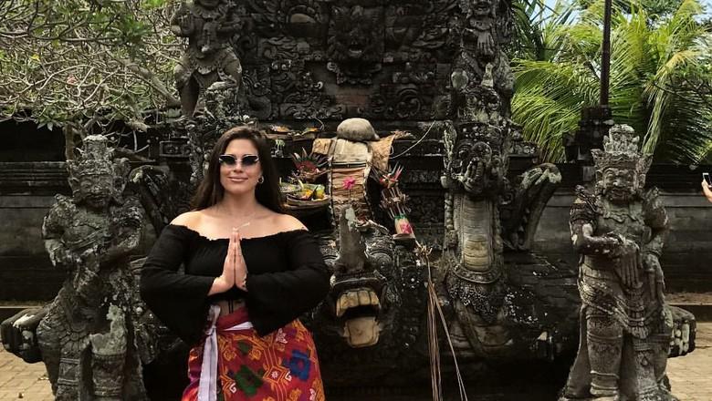 Ashley Graham yang sedang liburan di Bali (TheAshleyGraham/Instagram)