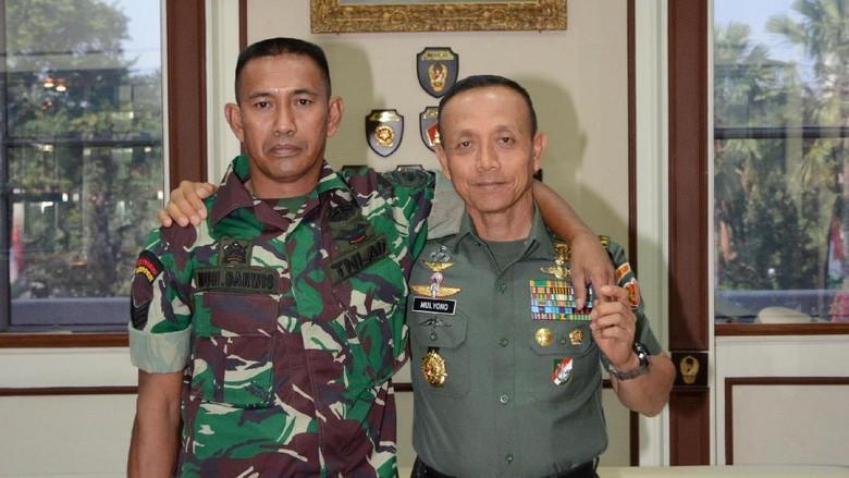 Ketika Serka Darwis Dirangkul KSAD Jenderal Mulyono
