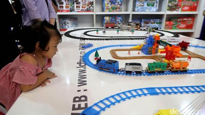 Belikan Anak Mainan Harus Tunggu Momen Tertentu Nggak Ya?