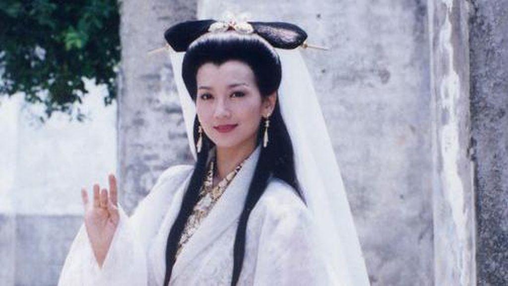 Foto: Angie Chiu Siluman Ular Putih, Cantiknya Tak Luntur di Usia 63