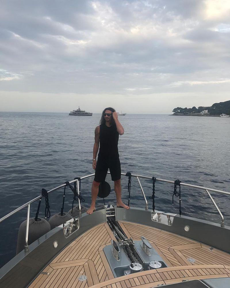 Zlatan Ibrahimovic resmi memperpanjang kontrak 1 tahun (lagi) bersama dengan Manchester United. Sebelum teken kontrak, Zlatan terlebih dulu liburan naik kapal yacht super mewah (Instagram/@iamzlatanibrahimovic)