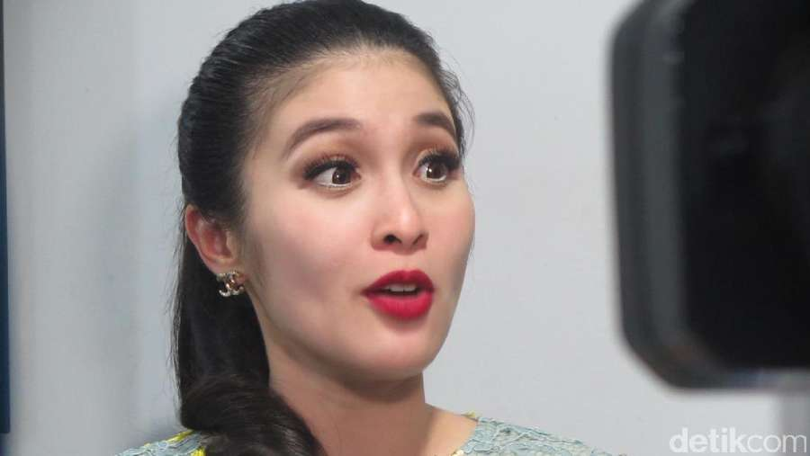 Senyum Semringah Sandra Dewi