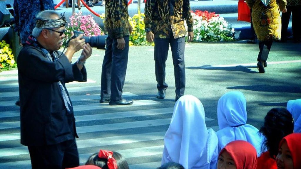 Gaya Menteri PUPR Jadi Fotografer Dadakan di Karnaval Kemerdekaan