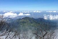 Pemandangan berawan dari Gunung Lawu