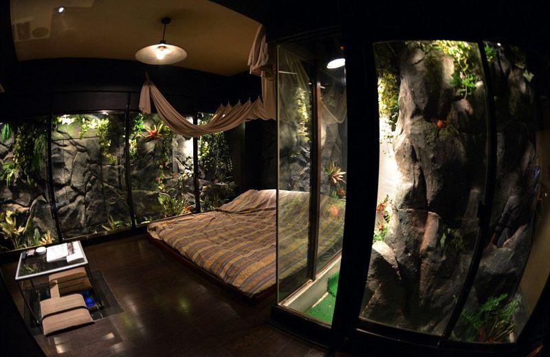 Love Hotel terkenal sebagai penginapan khusus turis dewasa. Tiap kamarnya pun diberi berbagai tema yang erotis dan penuh fantasi (AFP)