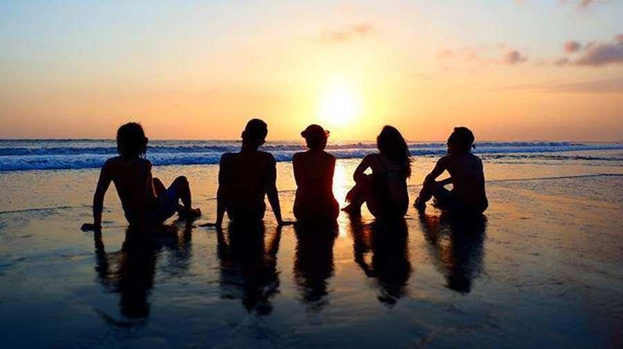 Lekuk Tubuh Bunga Citra Lestari dalam Siluet Sunset