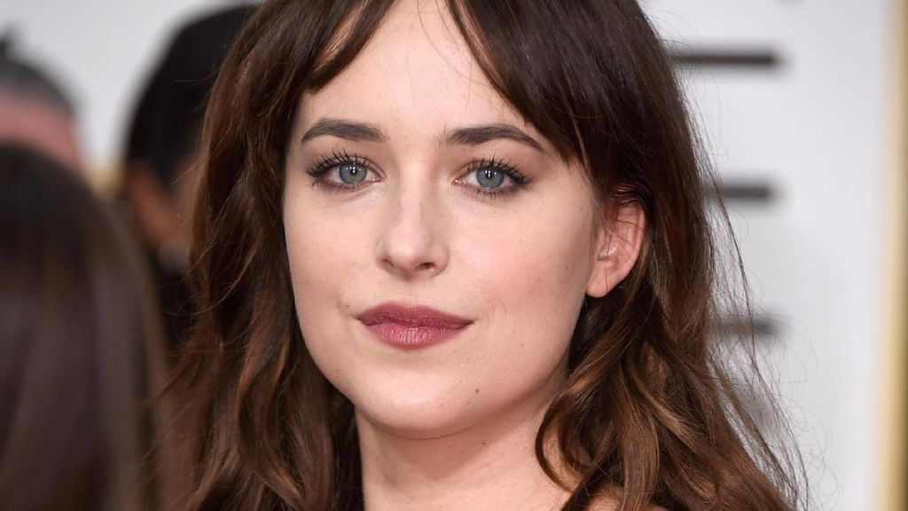 Mesranya Dakota Johnson dan Chris Martin Pelukan di Pantai!