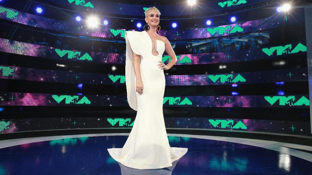 Foto: Jadi Host MTV VMA, Katy Perry Ganti Kostum 10 Kali