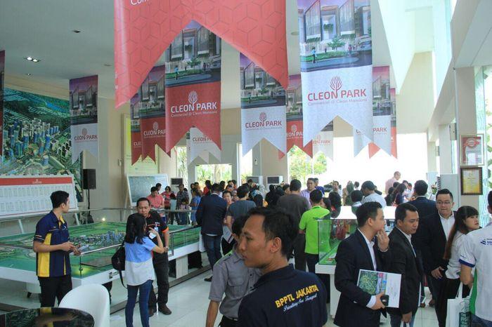 Foto: Konsumen melihat-lihat produk shop house Cleon Park (Dok. Jakarta Garden City)