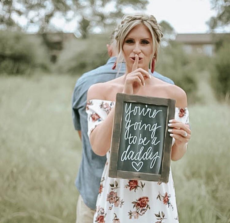 Awalnya, Will dikerjai dengan disuruh menulis sifat Chelsie di sebuah papan. Sementara Chelsie, dia justru menulis kabar bahagia untuk suaminya. Ssst! Jangan kasih tahu Will, ya. (Foto: Instagram/@chelsiemorales)