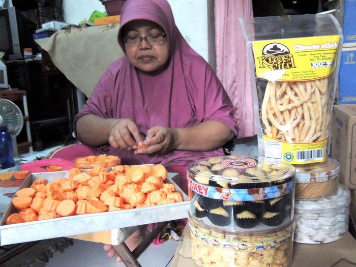 Foto: Pengusaha kue bernama Sumiatun (Dok. PGN)