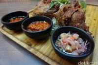 Tiga jenis sambal yang dijadikan pelengkap bebek goreng.