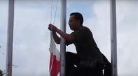 Aksi Pak Hikmat saat membetulkan bendera terbalik /