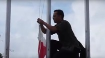 Begini Aksi Pak Guru Panjat Tiang untuk Betulkan Bendera RI Terbalik