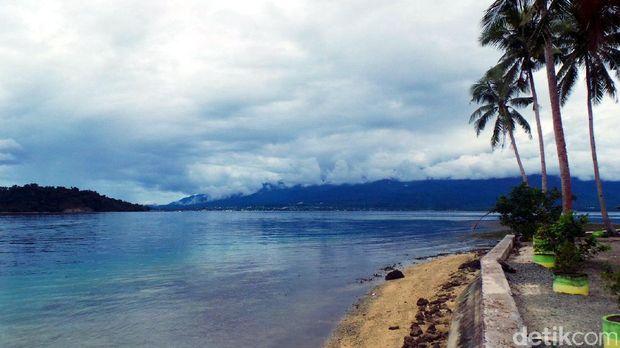 Pemandangan pantai di Nusa Ra (Wahyu/detikTravel)