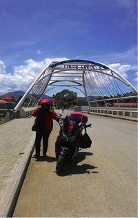 Hasnita bersama NMAX di Timor Leste (Foto: Yamaha)