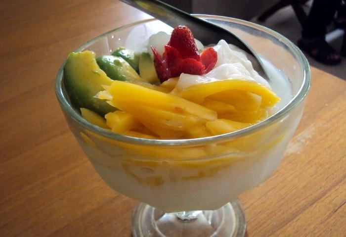 Es teler terbuat dari campuran buah alpukat, potongan nangka, kelapa muda dan juga susu kental manis yang ditambahkan dengan es serut. Rasanya tak terlalu manis tapi enak dan menyegarkan. Foto: Istimewa