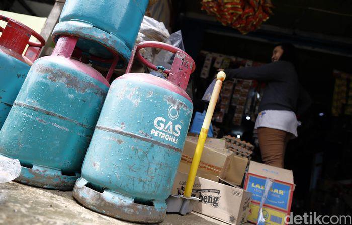 Mulai dari kebutuhan bahan pokok seperti beras, gula, susu, penyedap rasa, makanan ringan hingga gas hampir semuanya berasal dari Malaysia.