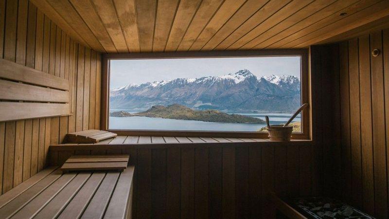 Pemandangan menakjubkan dari jendela sauna Aro Ha yang berada di Glenorchy, Selandia Baru, dijamin bikin kamu nggak akan mau berkedip! Di sini pengunjung akan disambut pemandangan hamparan Danau Wakatipu dan Pengunugan Alpen yang ditutupi salju (dok Aro Ha)