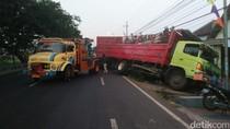 Hindari Bus, Truk Tronton Tabrak Pagar Dua Rumah Warga