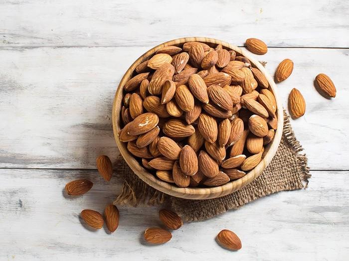 Kudapan kacang-kacangan merupakan sumber lemak yang baik. (Foto: iStock)
