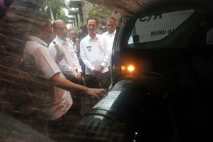 Pembagian konkit secara simbolis diserahkan oleh Wakil Menteri ESDM Arcandra Tahar kepada Walikota Palembang Harnojoyo, disaksikan oleh Dirjen Migas Ego Syahrial, Direktur Perencanaan dan Pembangunan Infrastruktur Migas Alimuddin Baso, dan Direktur Gas PT Pertamina (Persero) Yenni Andayani. (dok. ESDM)
