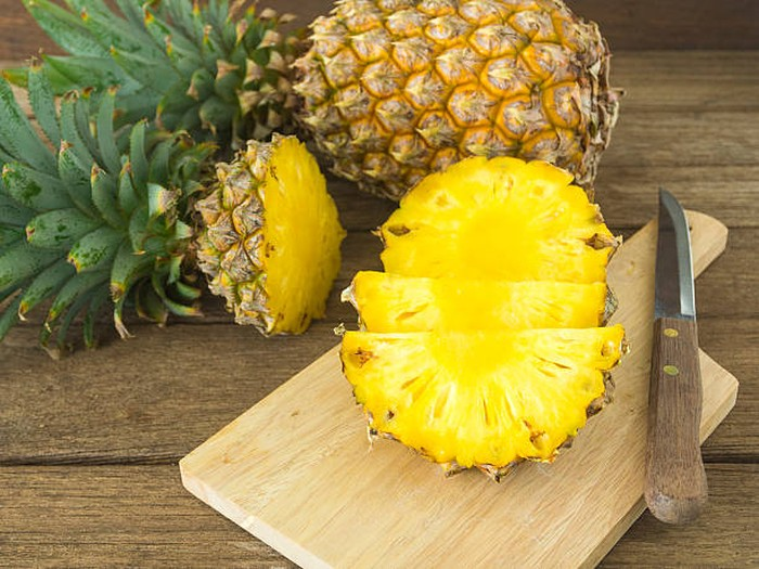 Nanas paling populer sebagai bahan alami pengempuk daging dan menghilangkan bau. Caranya, parut atau haluskan nanas agar enzim bromelin yang berfungsi sebagai pengempuk pada nanas keluar. Lalu lumuri daging minimal 10-30 menit sebelum dimasak. Foto: Istimewa