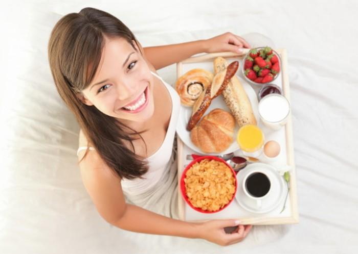 Jangan lewatkan sarapan dengan menu berprotein tinggi tanpa lemak seperti daging merah dan keju. Foto: iStock