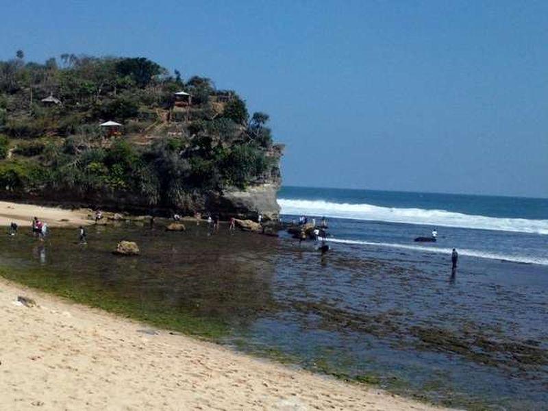 Pantai Indrayanti ini merupakan pantai di Gunungkidul yang panoramanya seperti pantai-pantaidi Bali, Pihak pengelola mennyediakan payung-payung untuk bersantai. Asyik! (Anam Hady Nugroho/dTraveler)