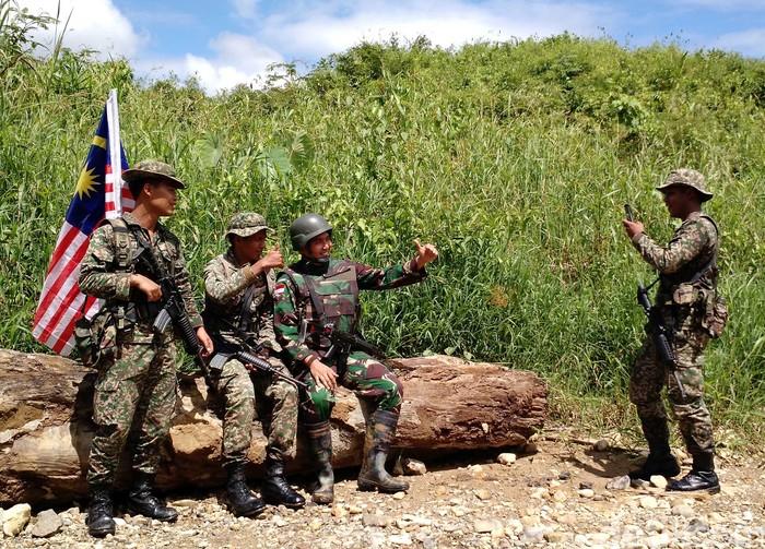 Patroli patok perbatasan TNI dan tentara Malaysia (Foto: Rachman Haryanto/detikcom)
