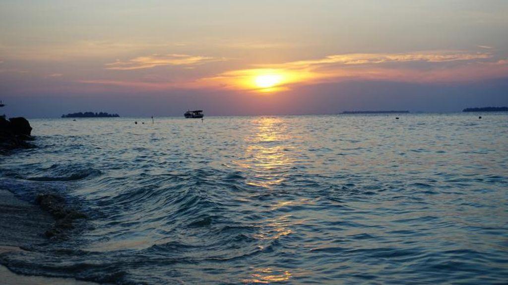 Senja Tenggelam di Pantai Tanjung Gelam