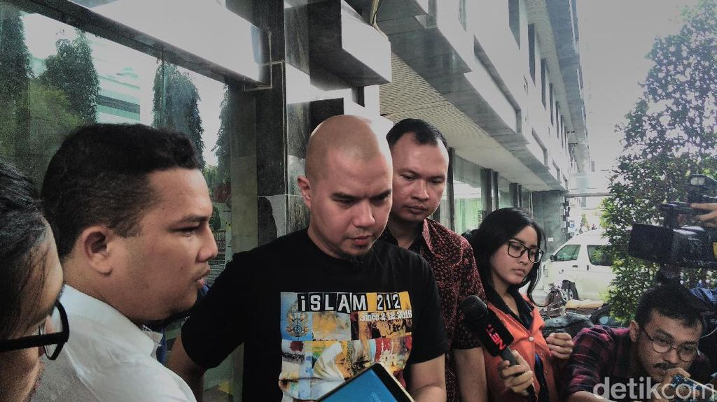 Tulis Wifey Jadi Wifi, Ahmad Dhani Diledek Netizen
