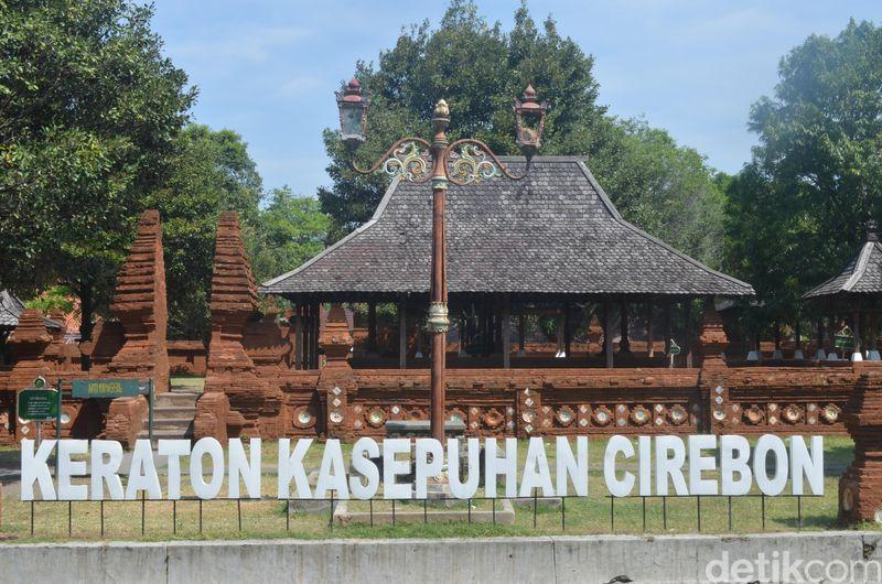 Setiap perayaan Tahun Baru Islam, Keraton Kasepuhan Cirebon mengadakan acara memandikan senjata pusaka. Ada kurang lebih 1.000 buah yang harus dibersihkan tiap tahunnya (Sudirman/detikTravel)