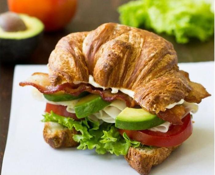 Croissant ini disajikan sebagai sandwich. Diisi irisan alpukat, daun slada, tomat dan keju krim. Gurih yummy!Foto: Istimewa