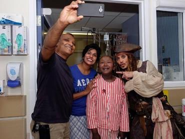 Wefie dulu ah sama Captain Jack Sparrow. (Foto: Facebook/ BC Childrens Hospital Foundation)