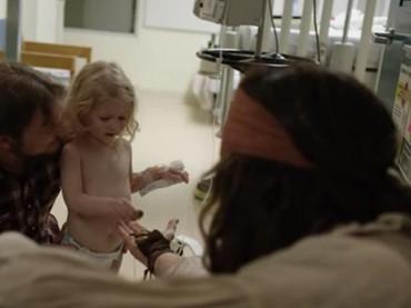 Yeay! Pasien cilik ini dapat cokelat dari Captain Jack Sparrow. (Foto: Youtube/ BC Childrens Hospital Foundation)
